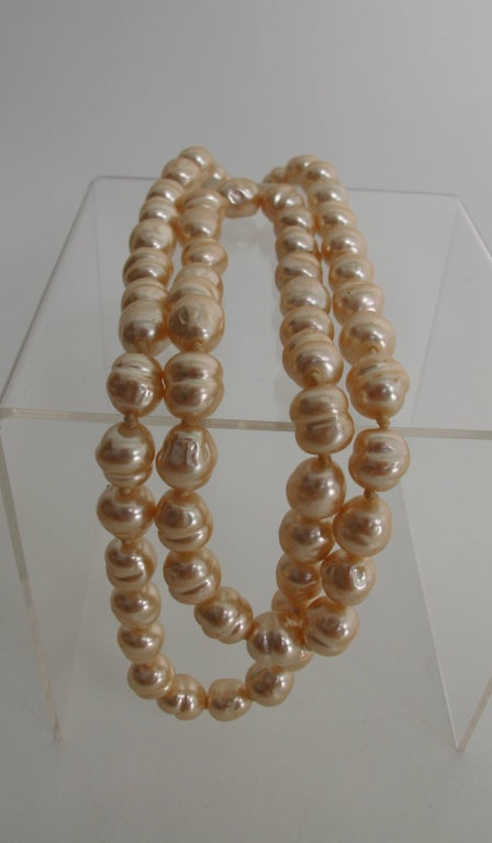 Chanel large champagne baroque pearl necklace 1981 For Sale 1