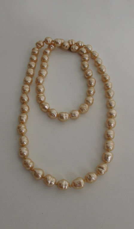 Chanel large champagne baroque pearl necklace 1981 For Sale 2
