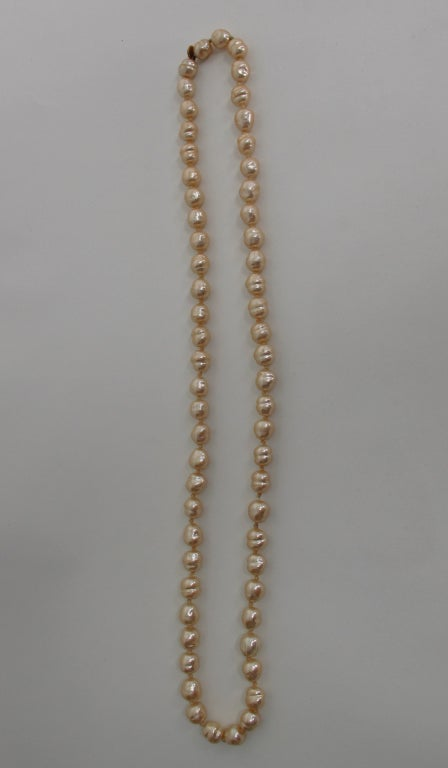 Chanel large champagne baroque pearl necklace 1981 For Sale 3