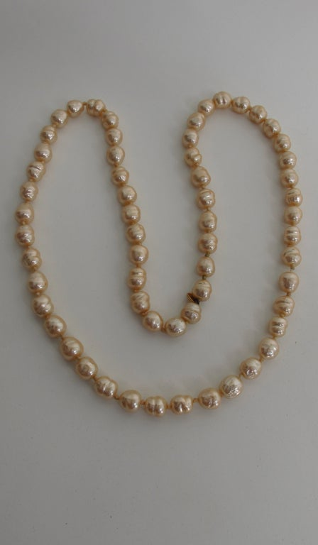 Chanel large champagne baroque pearl necklace 1981 For Sale 4