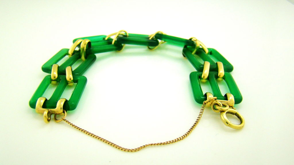 A beautiful Art Deco bracelet from 1920, fashioned in the style of the time with chalcedony links that seem to glow green. The bracelet is handmade with 18k yellow gold. A beautiful bracelet that is fun to incorporate into current style with its