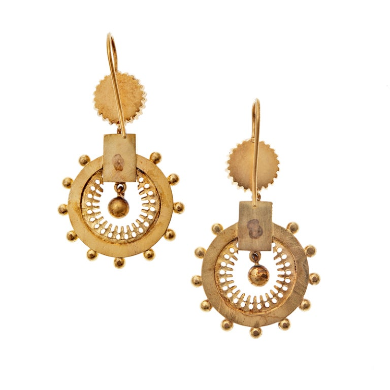 Victorian Bold Yellow Gold Brooch and Earring Set, circa 1850 For Sale 1