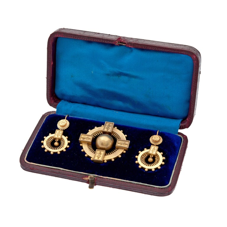 Victorian Bold Yellow Gold Brooch and Earring Set, circa 1850 For Sale 2
