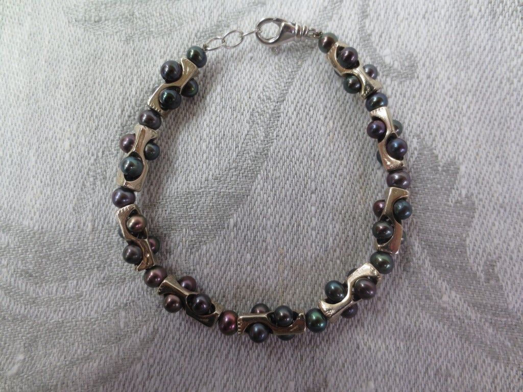 Contemporary Geometric Infinity Unisex Bracelet with Black Pearls and 14k White Gold  For Sale