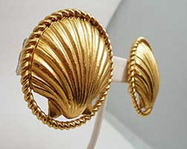 Chanel Sea Shell Earrings, 1980s  In Excellent Condition For Sale In New York, NY