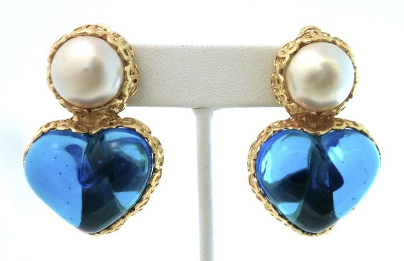 Vintage Chanel 28 Gripoix Glass Heart Earrings In Excellent Condition For Sale In New York, NY