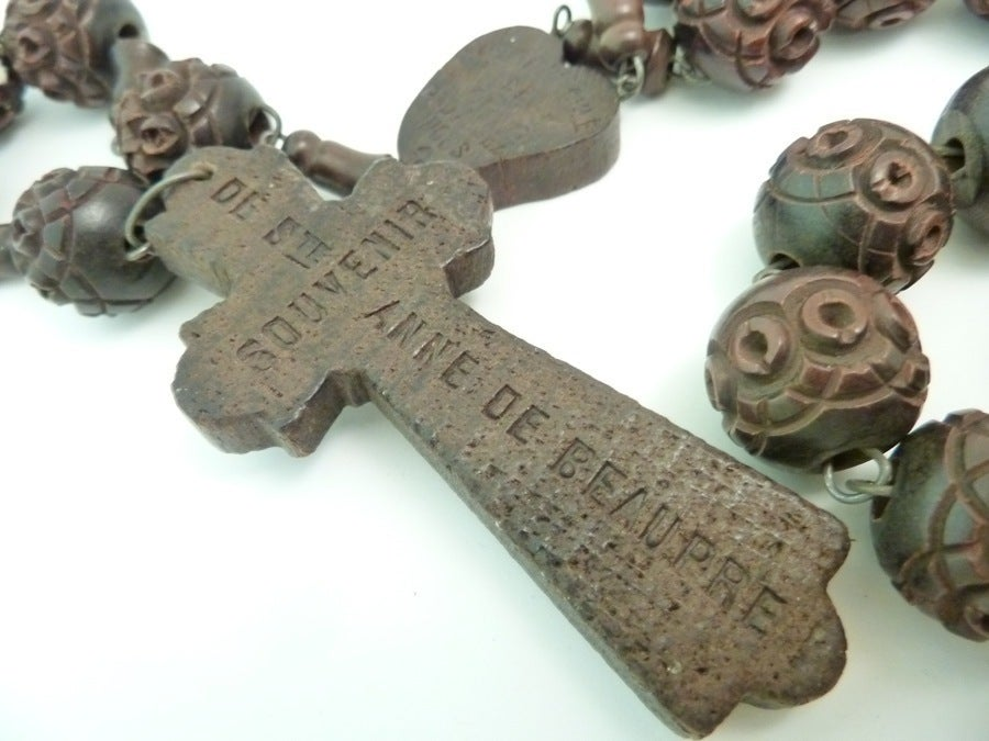 Vintage Signed Souvenir de St. Anne De Beaupre Carved Wood Rosary Necklace In Excellent Condition In New York, NY