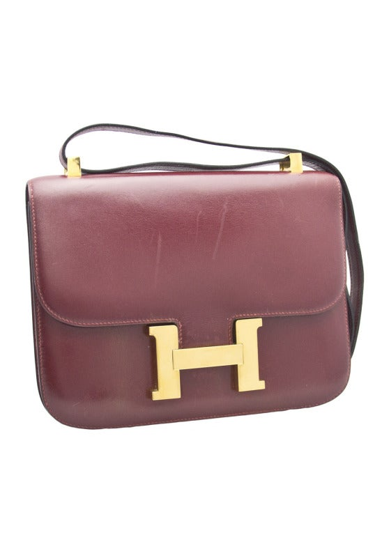 This beautiful Hermes Constance bag comes in a warm Burgandy colour featuring a gold-tone, large H buckle. This bag is a must have for any Hermes fan. The adjustable strap allows for the bag to be worn on the wrist, or on the shoulder. This gorgeous