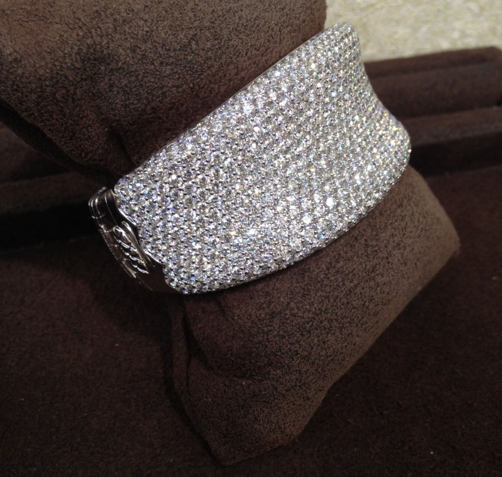 A gorgeous BRAND NEW -- NEVER WORN -- Roberto Coin diamond bangle from his famous Fantasia Collection. 