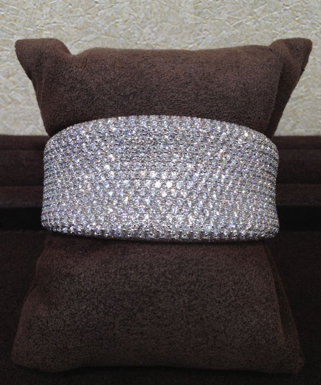 Roberto Coin Fantasia Collection White Diamond Pave Bangle In New Condition For Sale In New York, NY