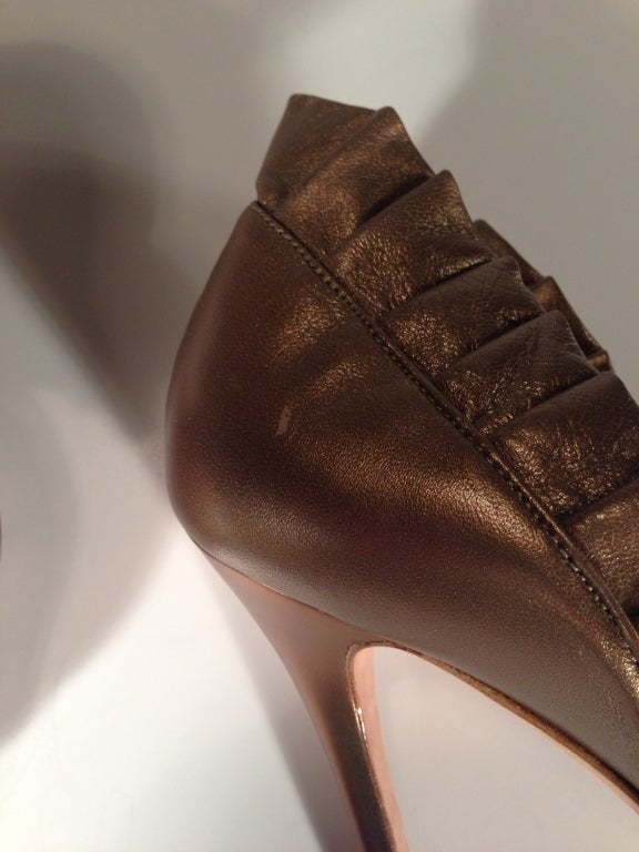 Alexander McQueen Light bronze pleated ruffle peep toe shoe For Sale 2