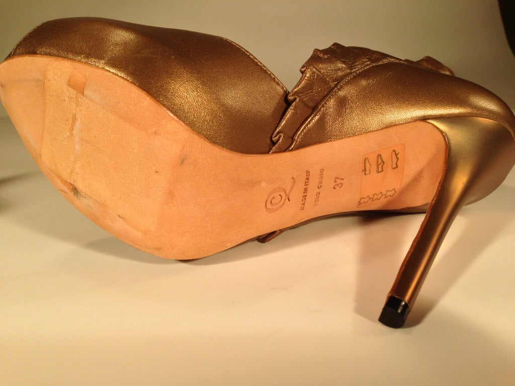 Alexander McQueen Light bronze pleated ruffle peep toe shoe For Sale 4