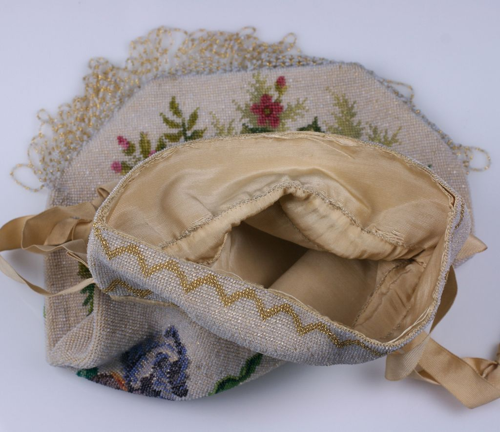 Victorian Microbead Figural Swan Bag In Excellent Condition For Sale In Riverdale, NY