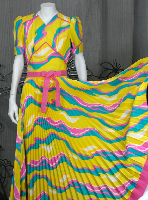 Sunburst Pleated 70s Dress In Excellent Condition For Sale In Riverdale, NY