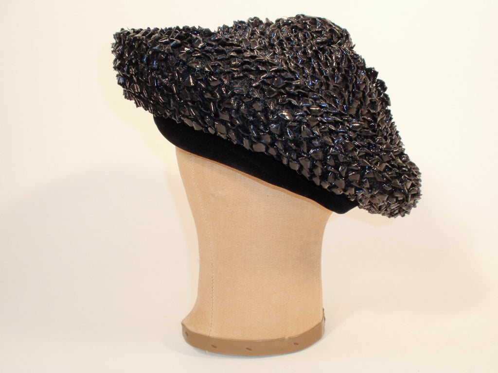 Christian Dior Chapeaux Black Woven Straw Beret w/ Velvet Band 22cm In Excellent Condition For Sale In Los Angeles, CA