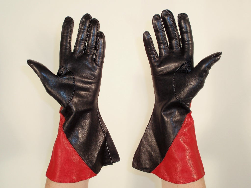 Vintage Red & Black Color Block Leather Gauntlet Gloves, c. 1980s Size 7 In Excellent Condition For Sale In Los Angeles, CA