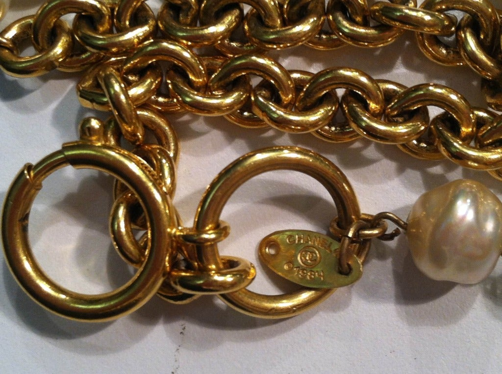 """1980s Chanel 40"""" Long Baroque Faux Pearl and Gold Chain Necklace In Excellent Condition For Sale In San Francisco, CA"""