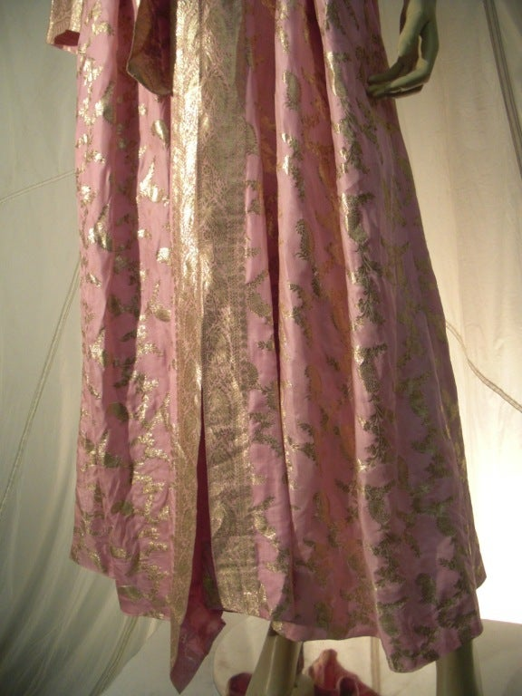 Maharani Indian Sari Cloth Silk Robe in Pink and Gold For Sale 1