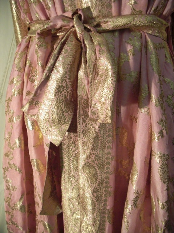 Maharani Indian Sari Cloth Silk Robe in Pink and Gold For Sale 2