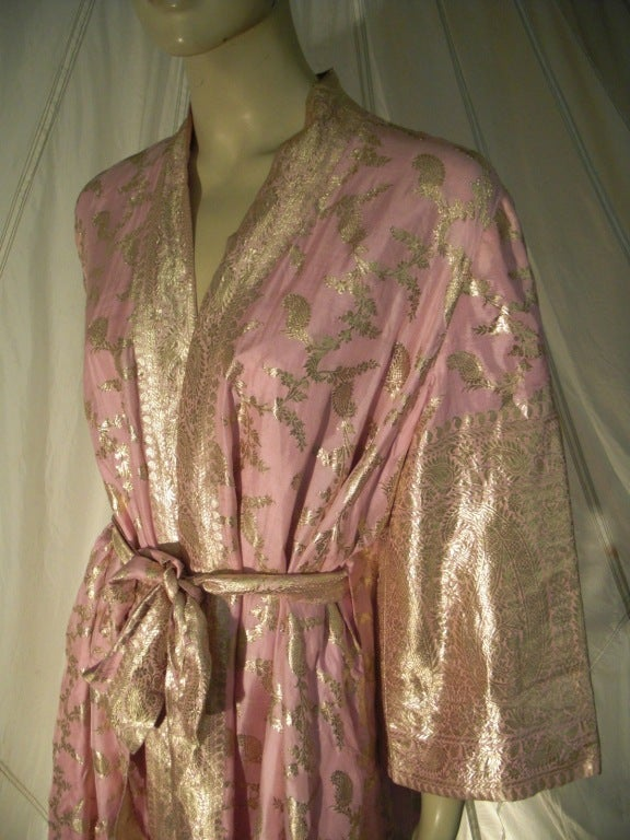 Maharani Indian Sari Cloth Silk Robe in Pink and Gold For Sale 3
