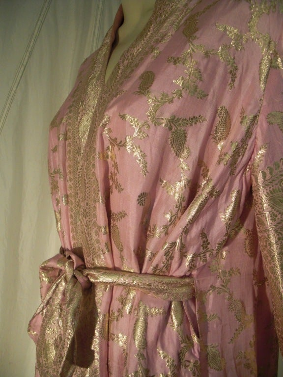 Maharani Indian Sari Cloth Silk Robe in Pink and Gold For Sale 4