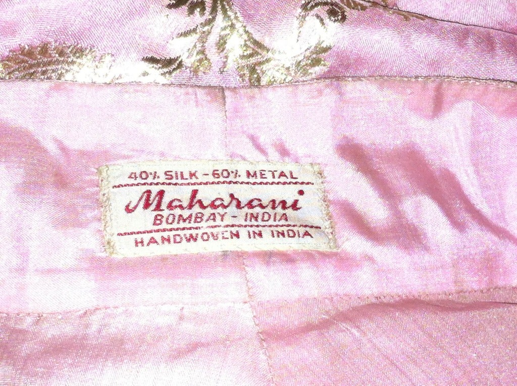 Maharani Indian Sari Cloth Silk Robe in Pink and Gold For Sale 5