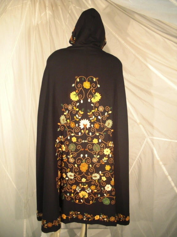 1970s Lightweight Wool Cape with Lovely Crewel Work Back Panel and Hood In Excellent Condition For Sale In San Francisco, CA