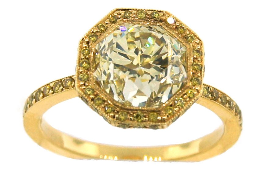 Women's 3.10 cts Light Fancy Yellow Diamond Engagement Ring For Sale