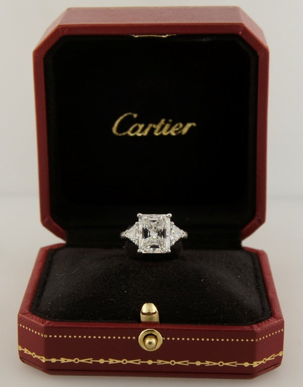 Cartier Diamond Platinum Three-Stone Ring GIA Certificate In Excellent Condition For Sale In Beverly Hills, CA