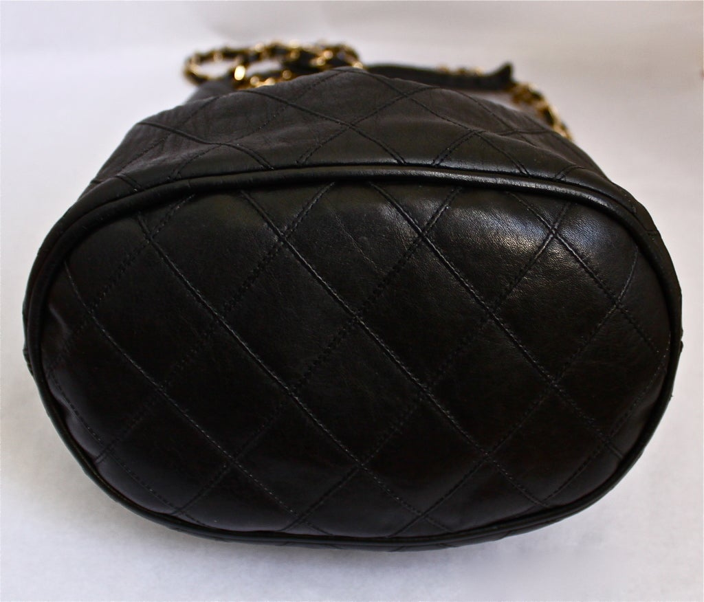 1980's CHANEL black quilted leather bucket bag with gilt chain 3