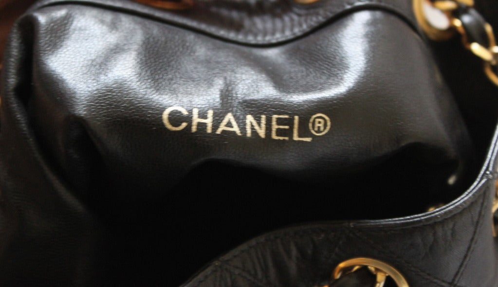 1980's CHANEL black quilted leather bucket bag with gilt chain 5
