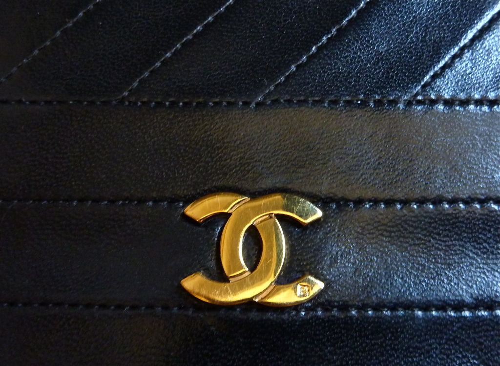 CHANEL black quilted lambskin convertable clutch with chain For Sale 4