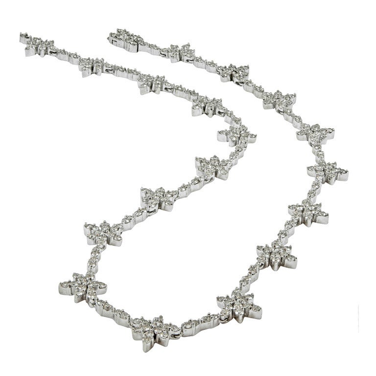 A Classic Diamond Flower Necklace 1