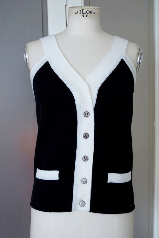 CHANEL 06A Top Cashmere Black White Trim Great Buttons 42 / 8 2