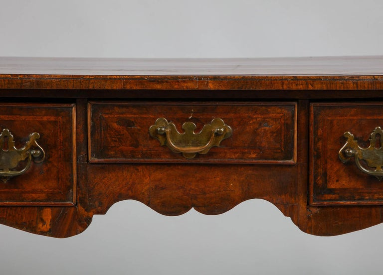 Queen Anne Walnut Lowboy In Good Condition For Sale In New York, NY