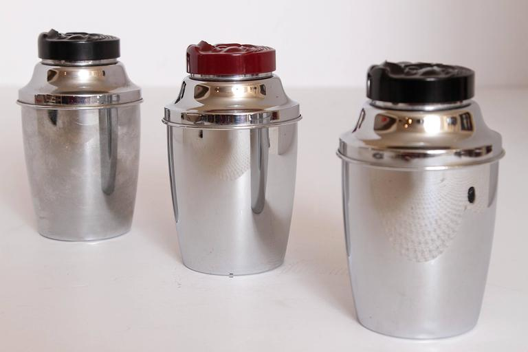 Trio Original Moonfaced Art Deco Machine Age Cocktail Shakers, Chrome & Bakelite For Sale 1