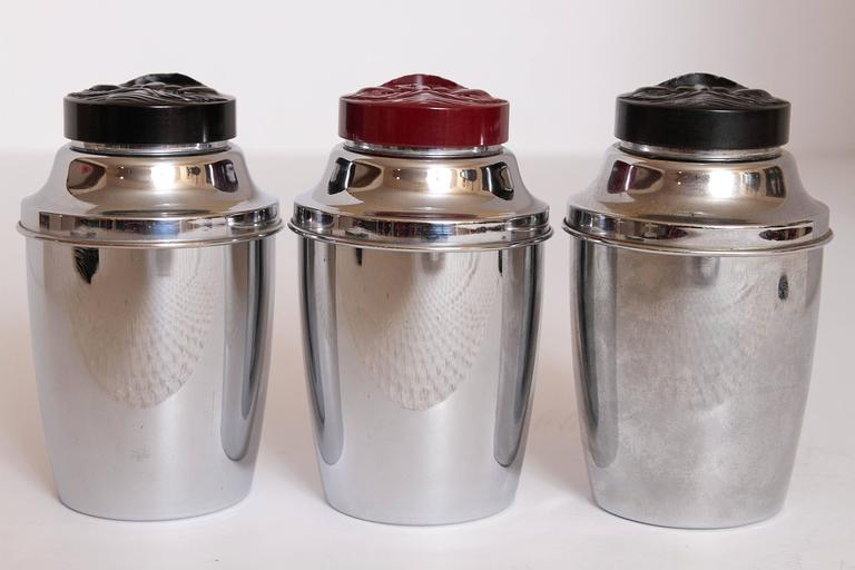 Trio Original Moonfaced Art Deco Machine Age Cocktail Shakers, Chrome & Bakelite For Sale 5