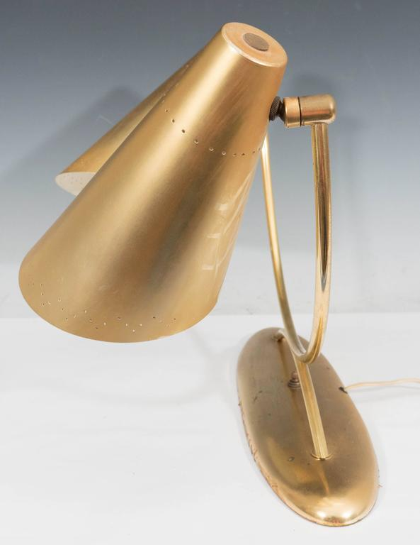 Mid-Century Modernist Two-Light Desk Lamp in Brass For Sale 3