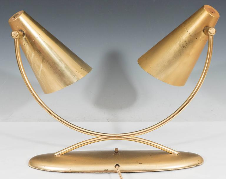 Mid-Century Modernist Two-Light Desk Lamp in Brass For Sale 4