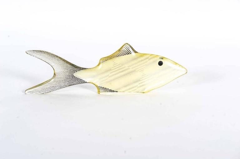 This gracefully white adult mother fish guards her two black young ones with her life.  The white fish measurements are 8,5 cm in height, 27,5 cm in length and 3 cm in depth. The black fishes are 4 cm in height, 13 cm in length and 2cm in