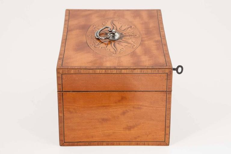 18th century Satinwood Tea Caddy with original interior In Excellent Condition For Sale In London, GB