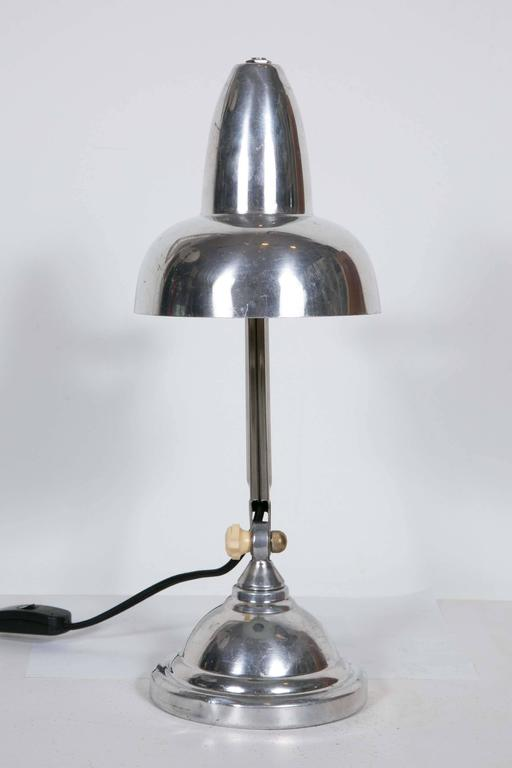 French Art Deco desk lamp produced by SuperChrome, a French workshop specialized in lamps for jewelers workshops, 1930s. Made in aluminium with bakelite knobs.