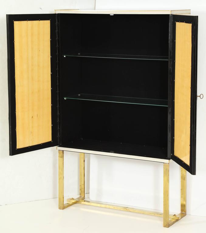 Mid-Century Ivory Opaline Glass Cabinet or Bar with Brass Inlays, Italy For Sale 1