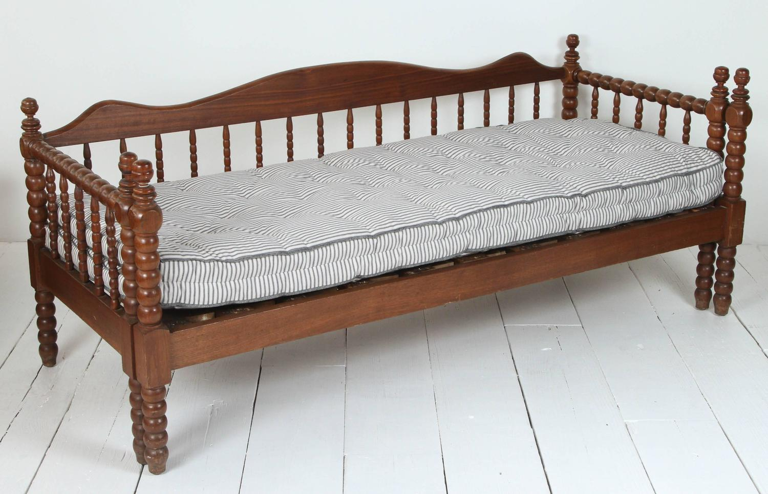 Vintage American Spindle Daybed With Pull Out Trundle At