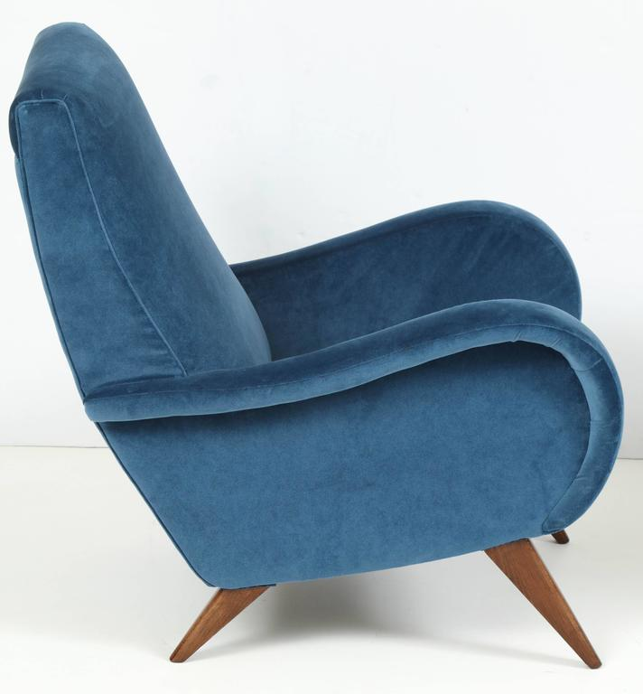 Pair of Mid-Century Italian Marco Zanuso style Armchairs in Blue Velvet For Sale 4
