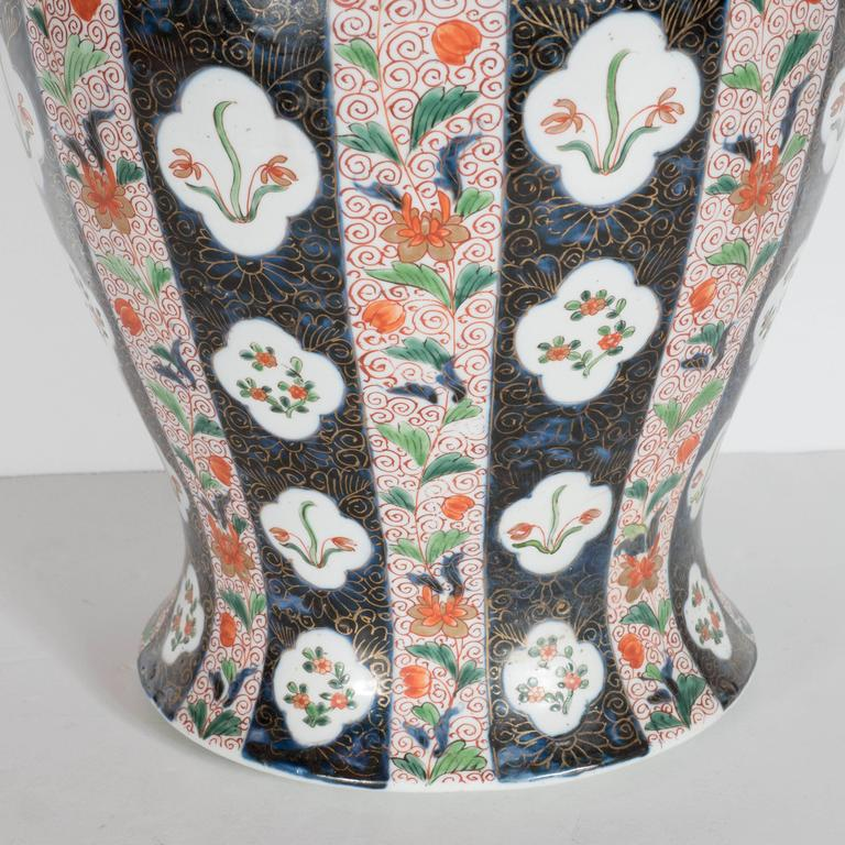 Large-Scale Antique Chinese Porcelain Famille Verte Lidded Vases / Urns In Excellent Condition For Sale In New York, NY