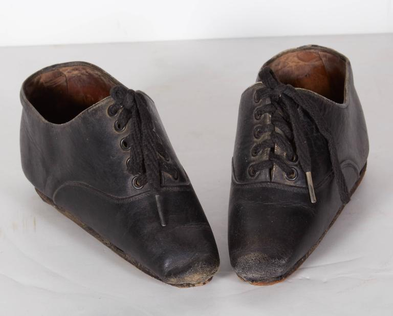 Tiny 19th Century Chinese Women's Leather Shoes In Good Condition For Sale In New York, NY