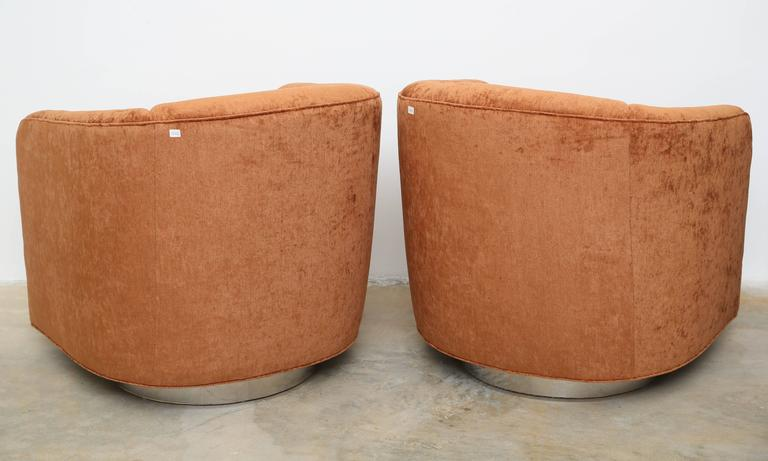 Mid-Century Modern Pair of Mid-Century Swivel Armchairs on a Chrome Base For Sale