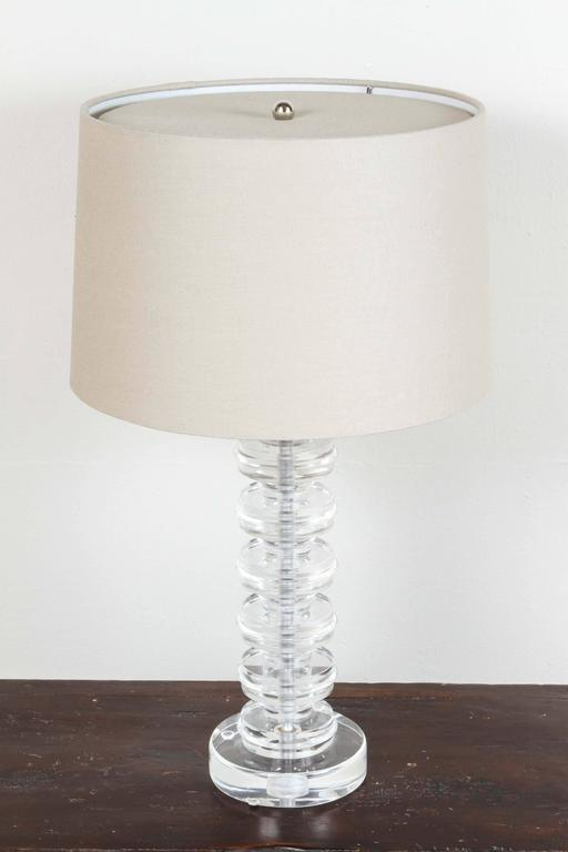 Lucite Disc Table Lamp In Good Condition For Sale In Los Angeles, CA