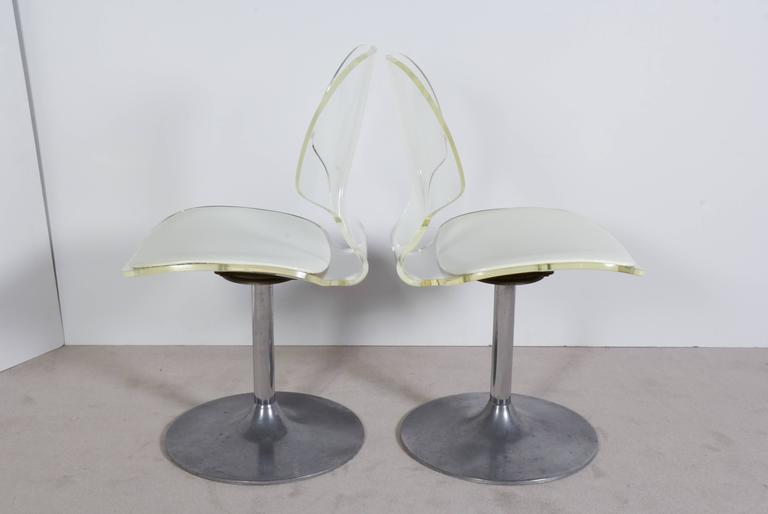 A side chair or stool by Hill Manufacturing Company, with ergonomically designed curved Lucite frames with white vinyl seat, raised on tulip form base in aluminium, circa 1970s. Manufacturer's label included. Very good vintage condition, any